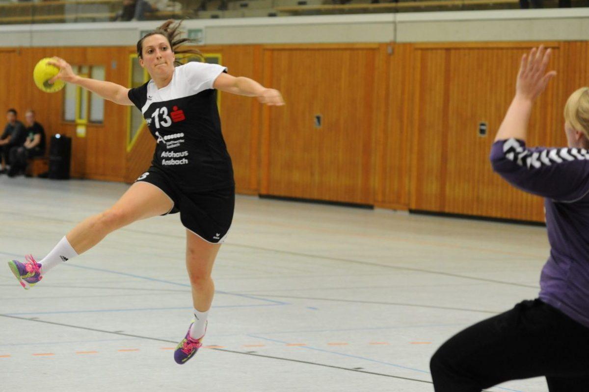 Spielsituation aus dem Handballspiel HG Ansbach Frauen 1 gegen TSV Altenberg.